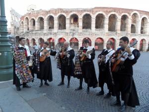 Junto a la arena de Verona